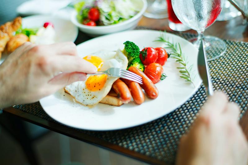 朝食ブッフェでは卵料理、肉料理、地元の野菜等をたっぷりと
