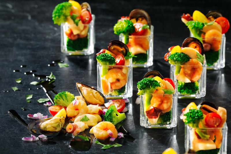 ディナーは、北海道の旬の食材を使ったお料理をブッフェスタイルでお楽しみください