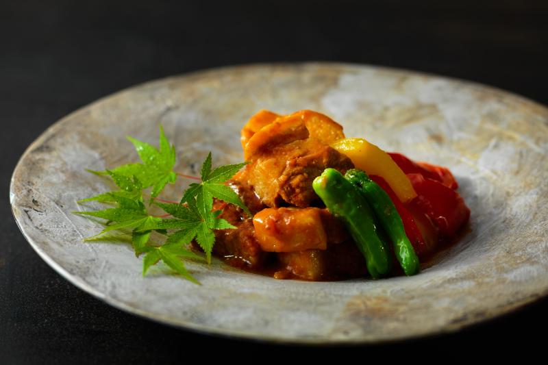豚肉と長芋のトマト味噌煮込み。留寿都村の特産をたっぷり使用