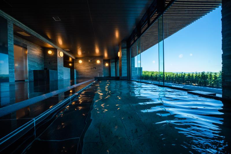 大きな窓ガラスがあり、室内風呂でも明るい外の光が差し込みます。