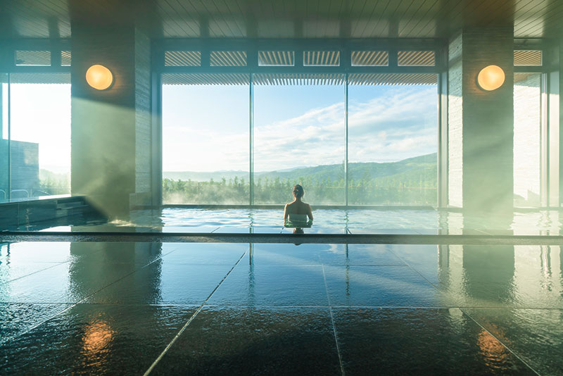 Large indoor bath covered with large heat-generating glass windows. Relax in the cave bath and have a sweat in the sauna
