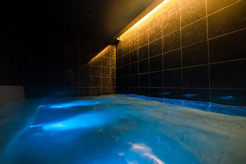 洞窟風呂にはヒーリング音楽が流れ心身ともにリラックス。