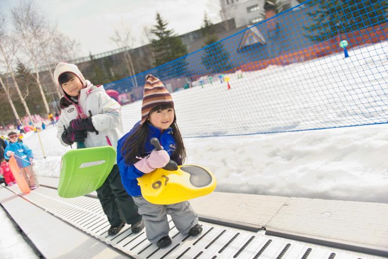 スノーエスカレーターがあるので坂道もラクチン。1日中たっぷり雪遊びが楽しめます