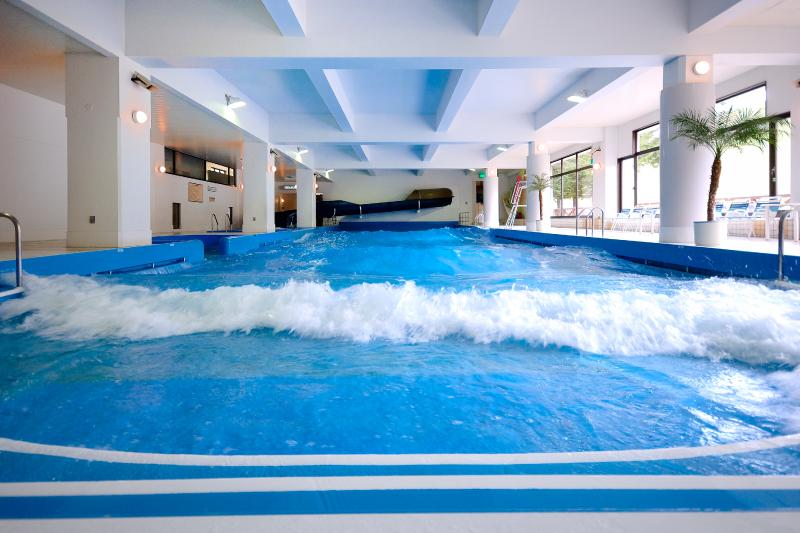 室内造波プールは宿泊者利用無料です (チェックアウト後は有料)