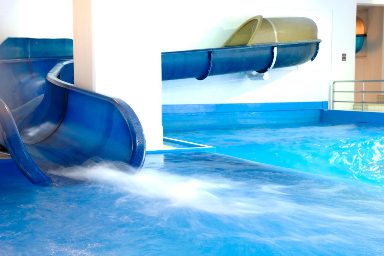 丸いチューブの中をグングン滑り、豪快にプールへダイブ!迫力満点アクアコースター