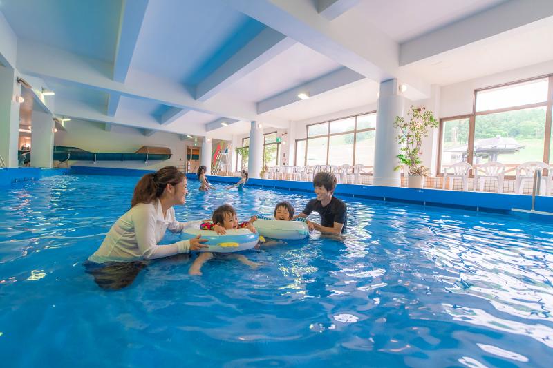 小さなお子様も、水着の下に水遊び用のおむつを着用すれば利用OK!浮き輪を持ってGO!
