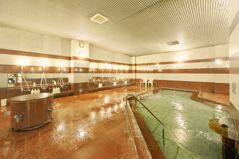 室内プールがすぐ隣。泳ぎ疲れて身体が冷えても、すぐに温まりリフレッシュできます