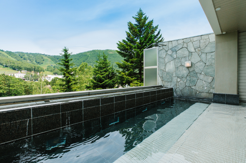 四季の美観と美湯に包まれた露天風呂。心地よい風を感じながら寛ぎのひと時をどうぞ