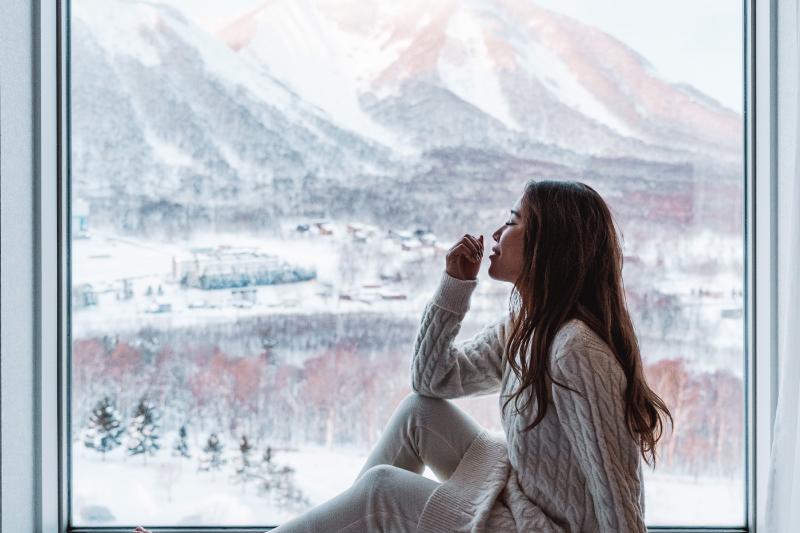 窓辺に腰かけ、リゾート全体や山々の景色お楽しみください