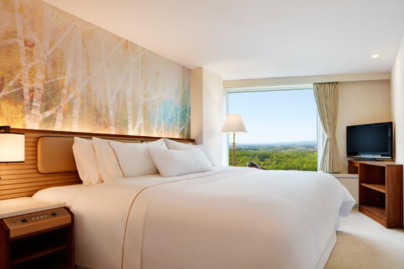 ベッドルームには幅240cmのキングベッドを配置。広いベッドでゆったりと