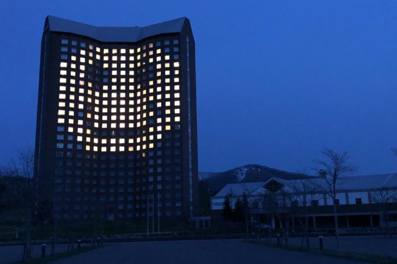 「#LIGHT FOR HOPE」スマイルマークに願いをこめて、ホテルの窓をライトアップしました