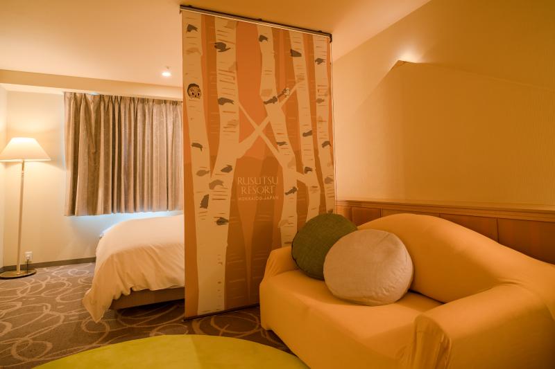 枕元には北海道の森をイメージした可愛いロールカーテン
