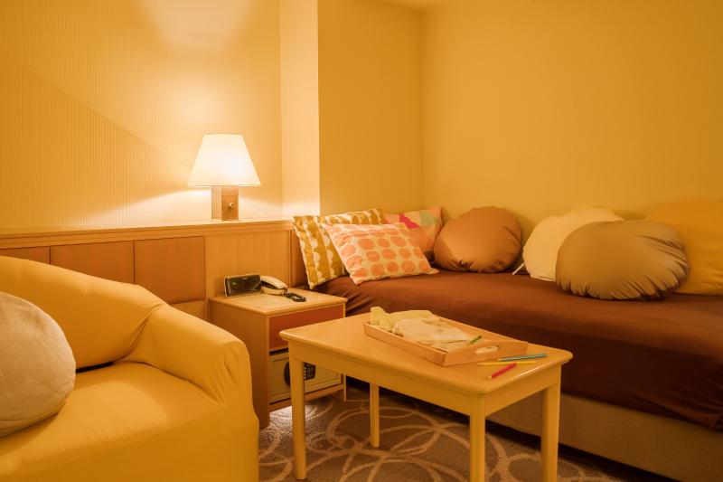 もう1台のシングルベッドはソファとしてもご利用可能