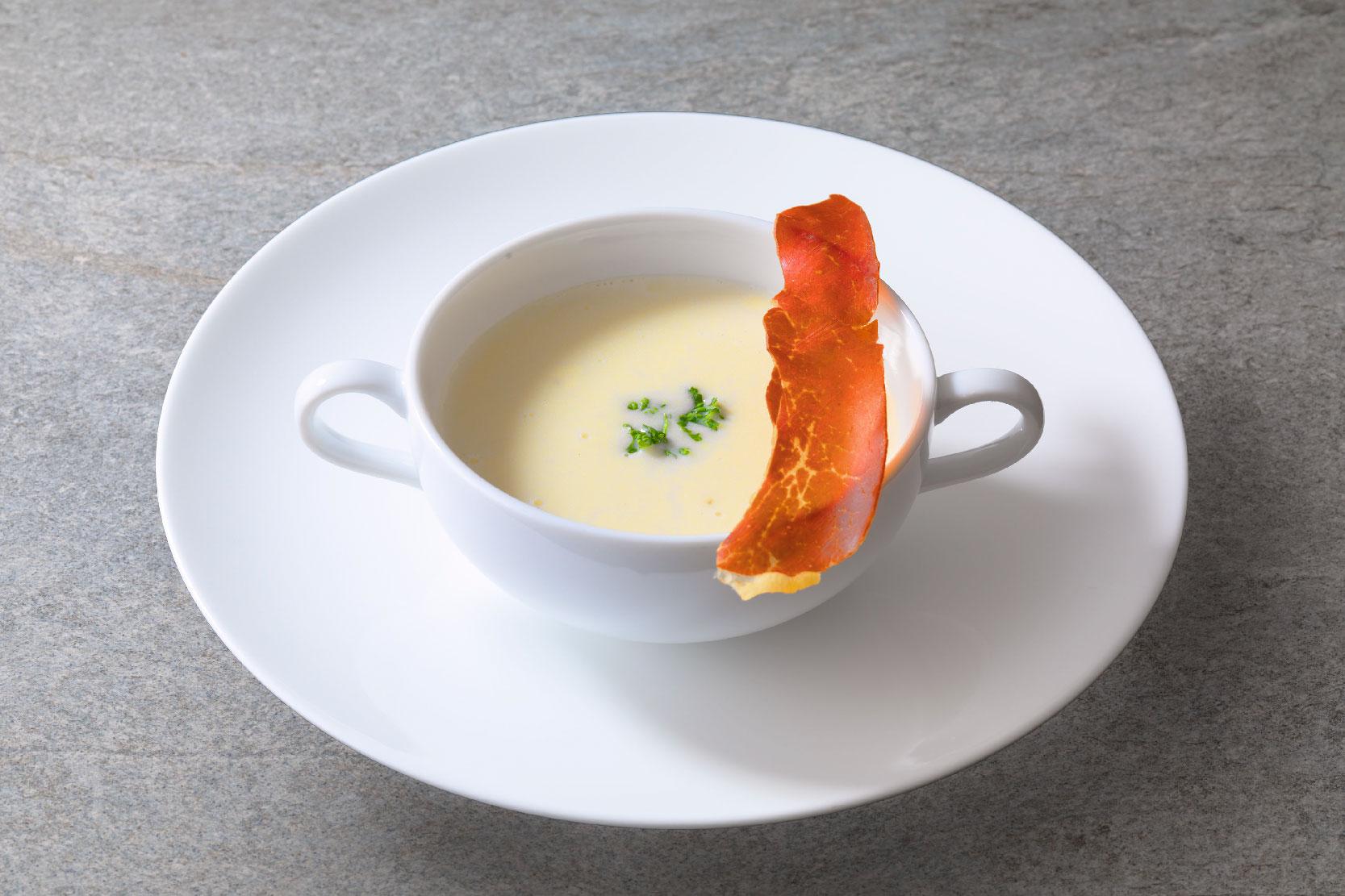 羊蹄山麓ジャガイモのクリームスープ クリスピーなパンチェッタ添え