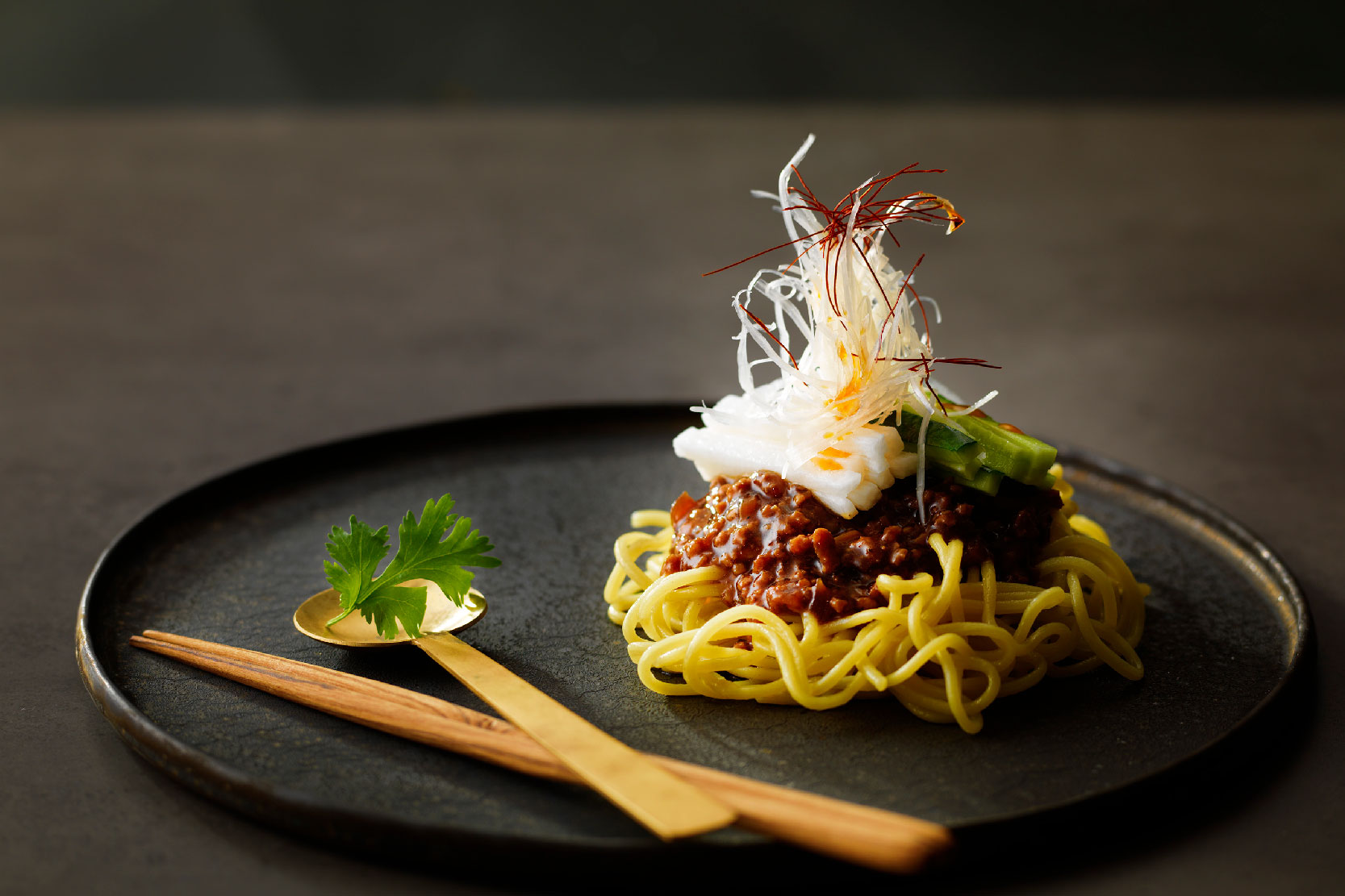 札幌黄玉葱麺とルスツポークのジャージャー麺