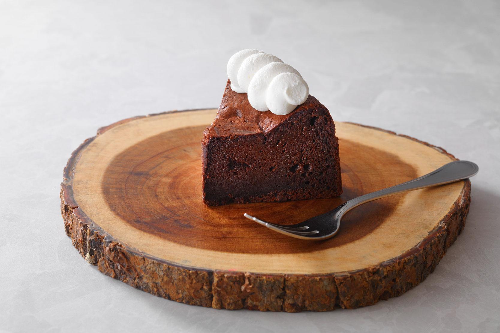 濃厚なビターチョコレートの クラシックショコラ 生クリーム添え