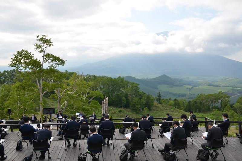[過去の事例] 新しいスタイルのMICE 羊蹄山を望む山頂ミーティング
